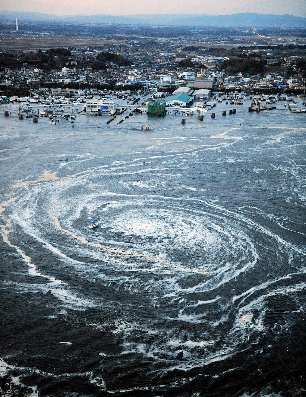 Кораблик затягивает в огромный гигантский водоворот в Тихом океане у побережья Оарая