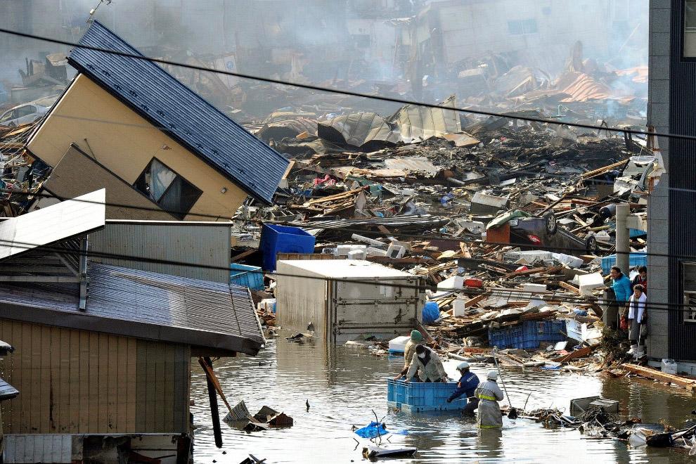 Раньше тут был жилой квартал, теперь люди плавают от берега мусора к другому берегу в пластиковых контейнерах