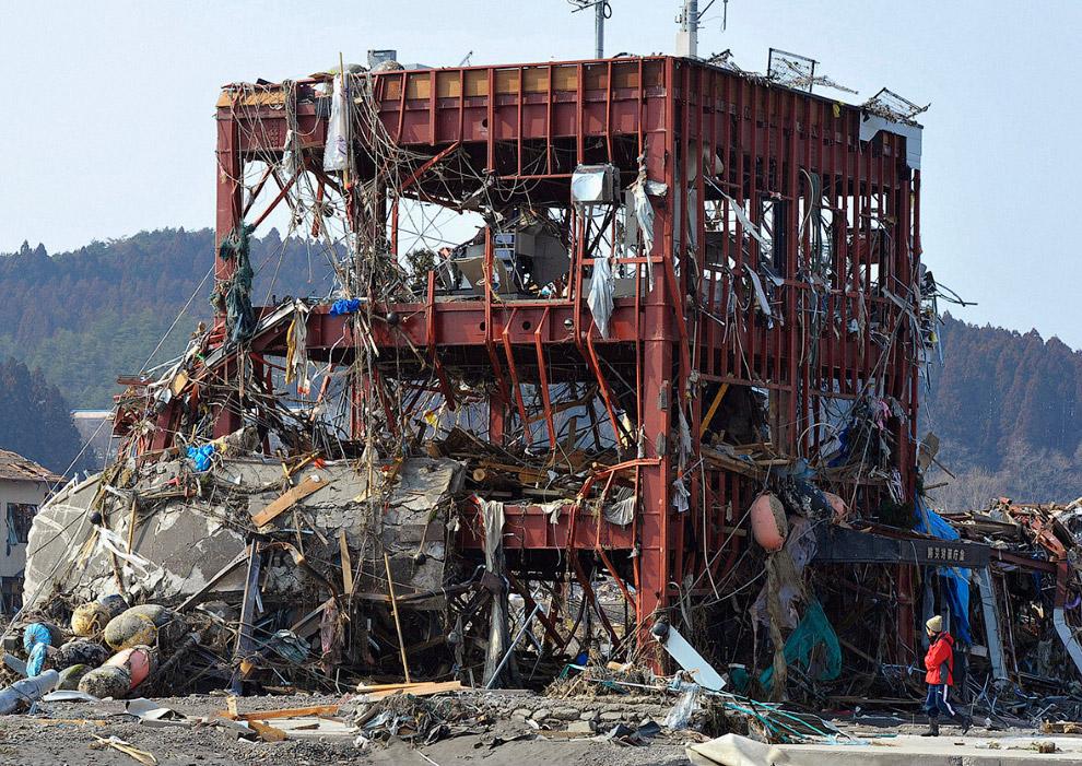 Остатки разрушенного здания местного правительства в Танохате, префектура Иватэ