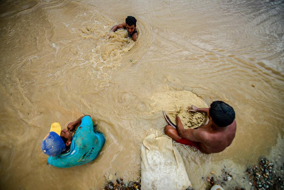 Это работа на открытом прииске на реке в Эль-Кальяо