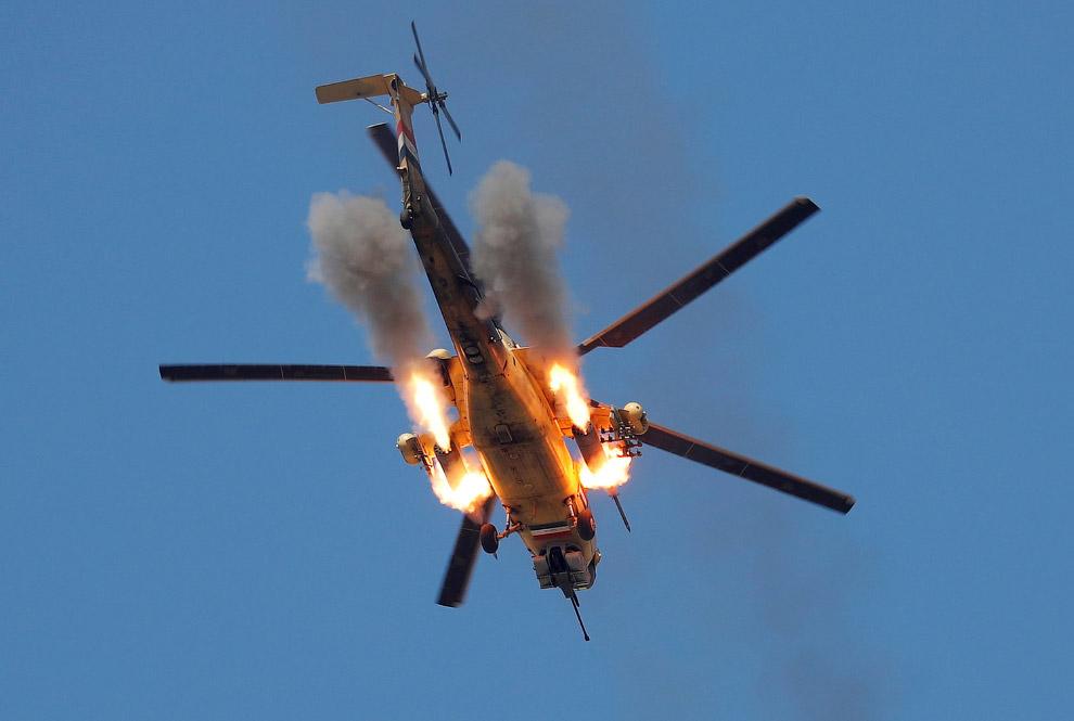 Иракский вертолет обстреливает ИГИЛ на окраине Мосула