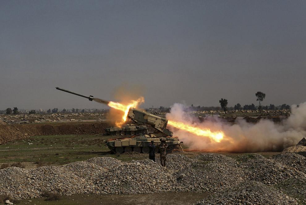 Иракские военные обстреливает ИГИЛ на окраине Мосула