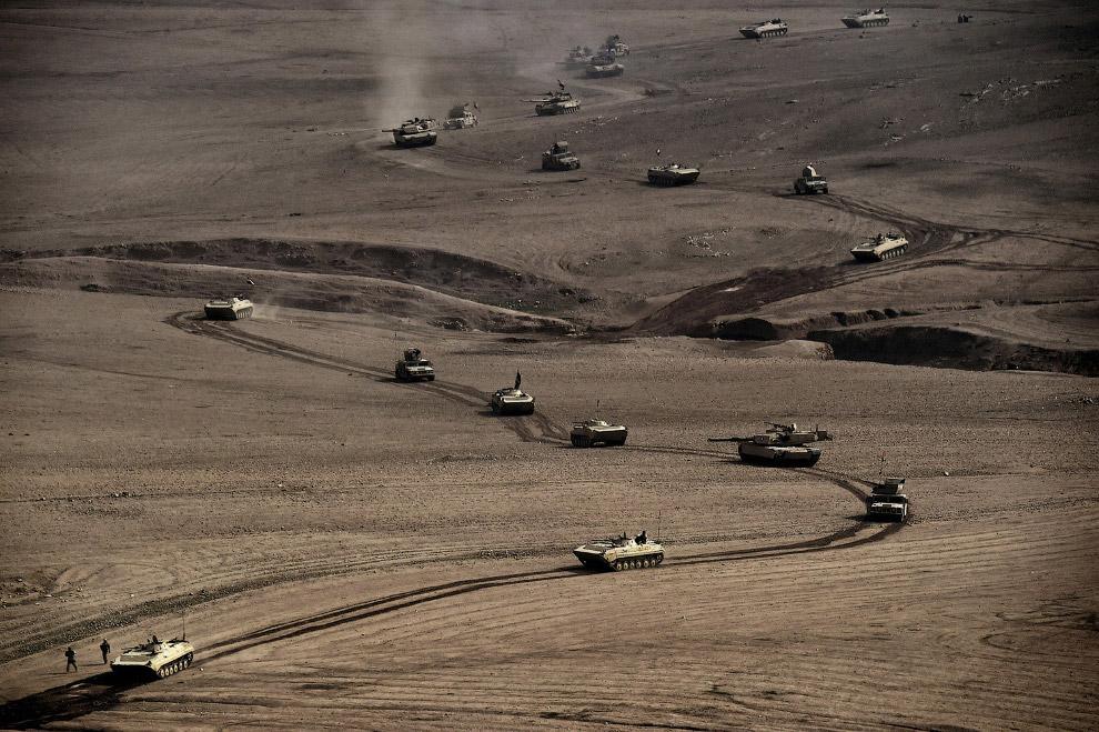 Колонна танков и бронемашин 34-й бригады иракской армии