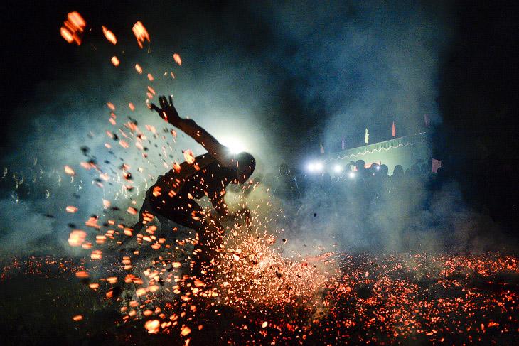 Бег босиком по горящим углям.