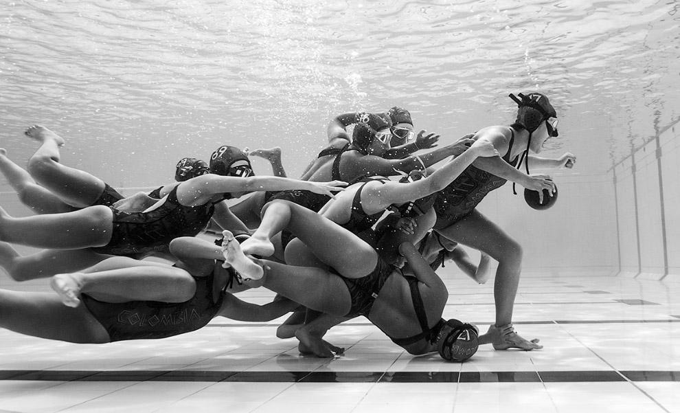 Колумбия: борьба за мяч под водой