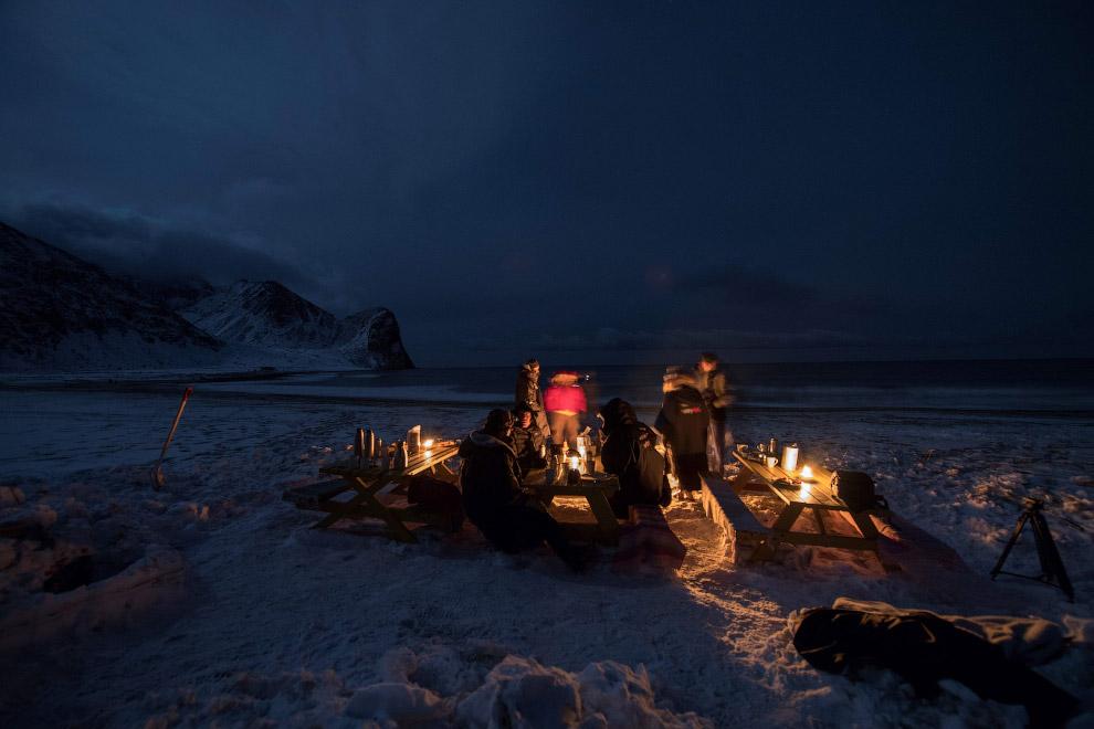 Вечер серфингистов за столами у воды