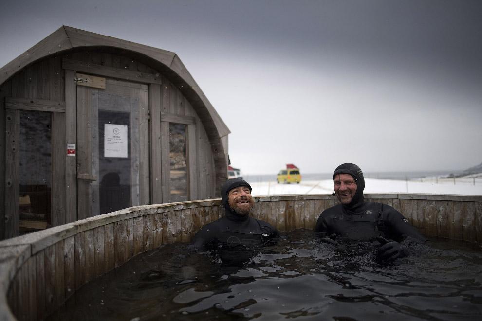 Слева в горячей ванне – легендарный австралийский серфер Том Кэрролл