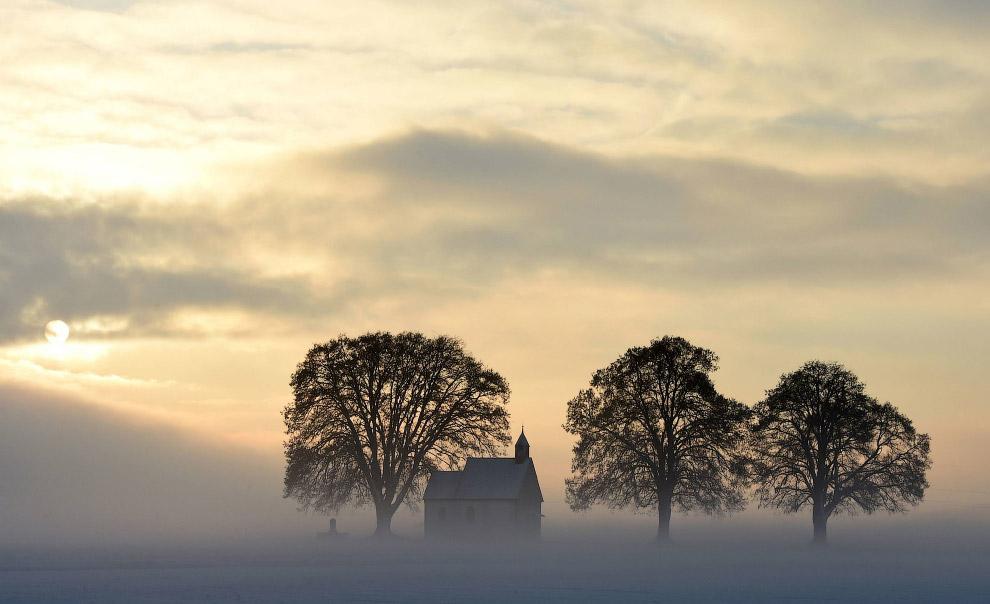 Туман в маленькой баварской деревушке на юге Германии