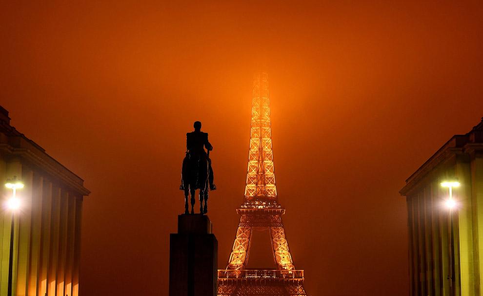 Эйфелева башня в тумане выглядит особо эпично