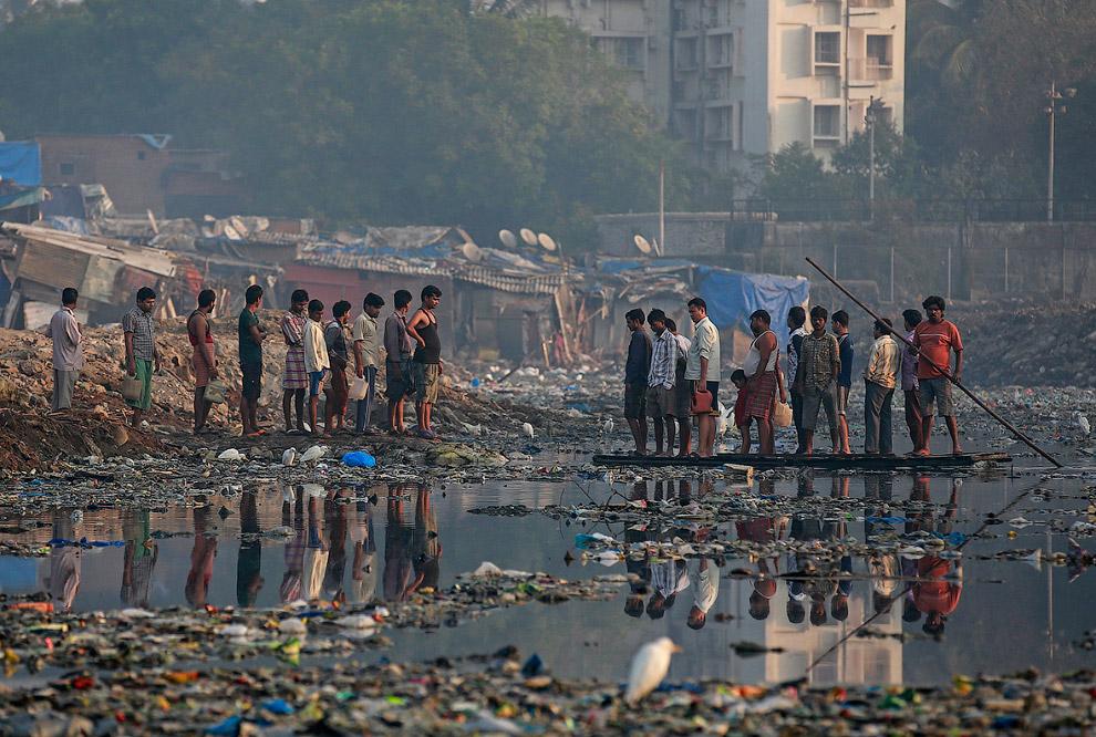 Переправа через канализационной канал в трущобах Мумбаи.