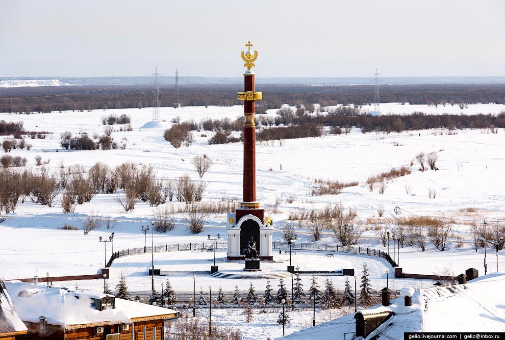 Памятная стела, установленная в честь вхождения Якутии в состав России