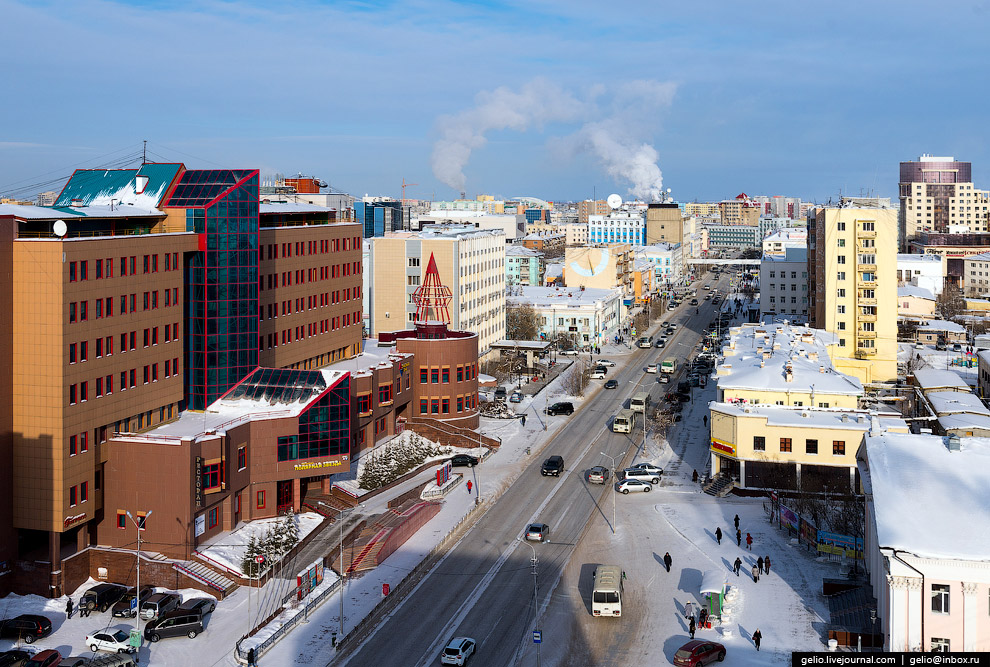 До начала XX века проспект Ленина назывался улицей Большой и был вымощен деревянной брусчаткой.
