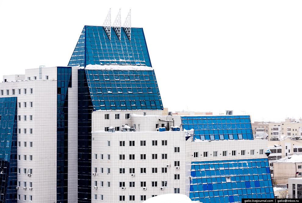 Самая высокая секция — 13-этажная.