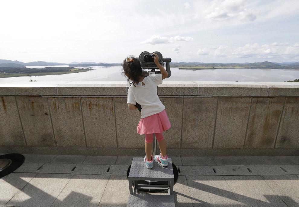 Южнокорейская девочка рассматривает северокорейскую территорию