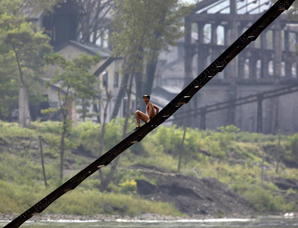 Лестница северокорейской заброшенной фабрики на берегу реки Ялу