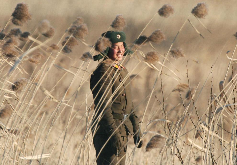Северокорейский солдат около города Синучжу на границе с Китаем