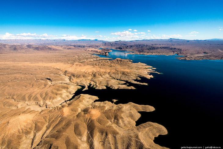 искусственное озеро Лейк Мид (Lake Mead), или просто Мид