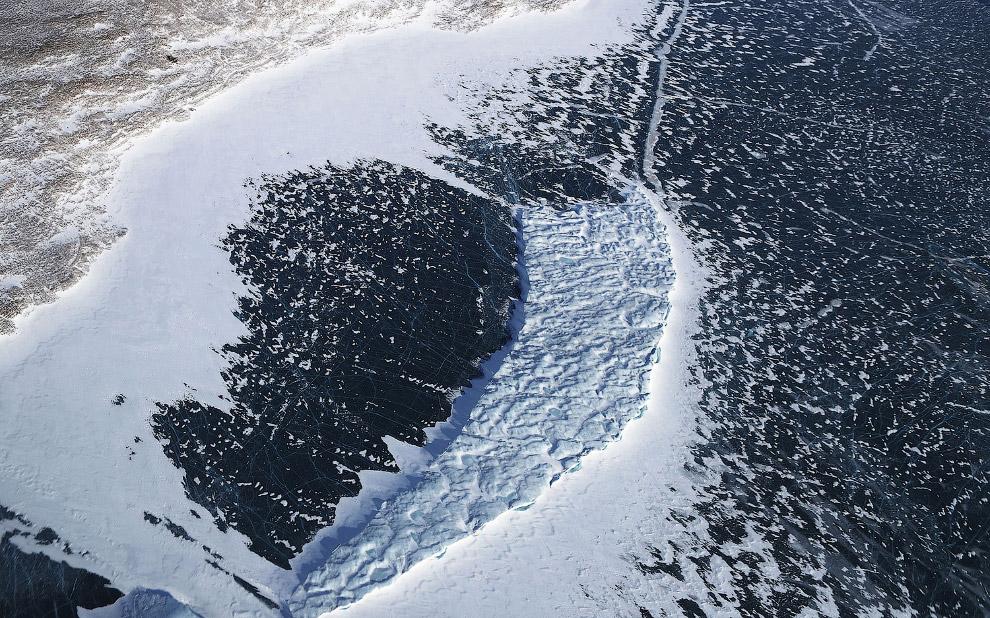Айсберг заперт во льду