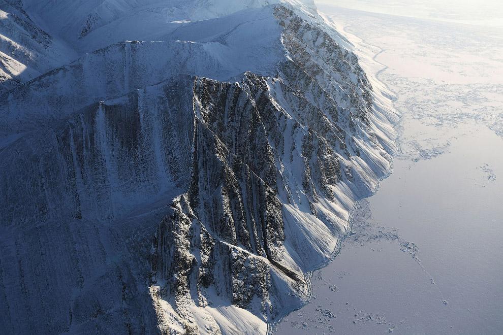 Участок ледового поля и горы