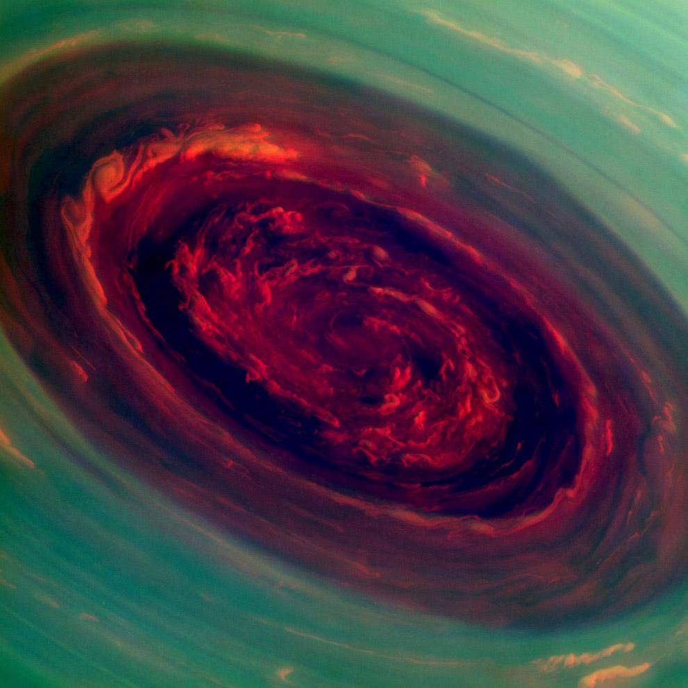 Чудовищный ураган, охватывающий северный полюс Сатурна