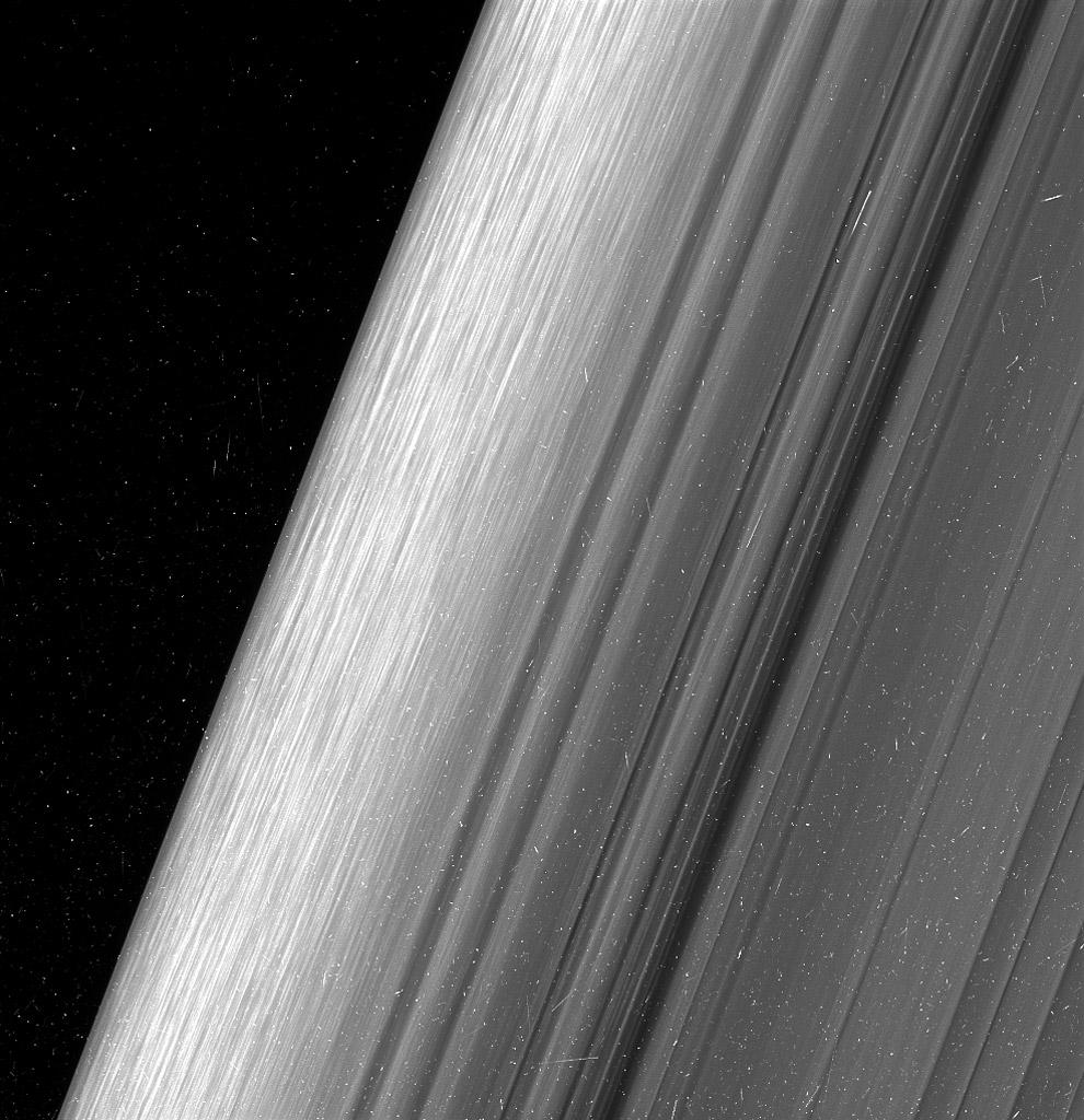 Ослепительные кольца Сатурна с ледяными обломками