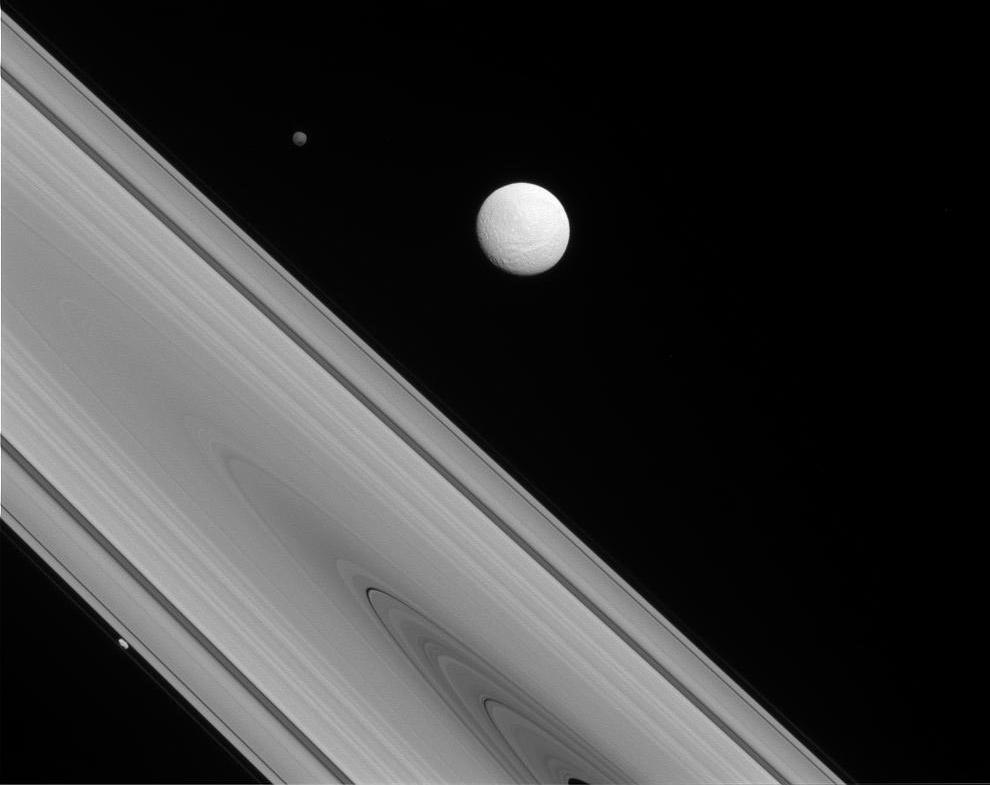Редкая фотография трех спутников Сатурна одновременно