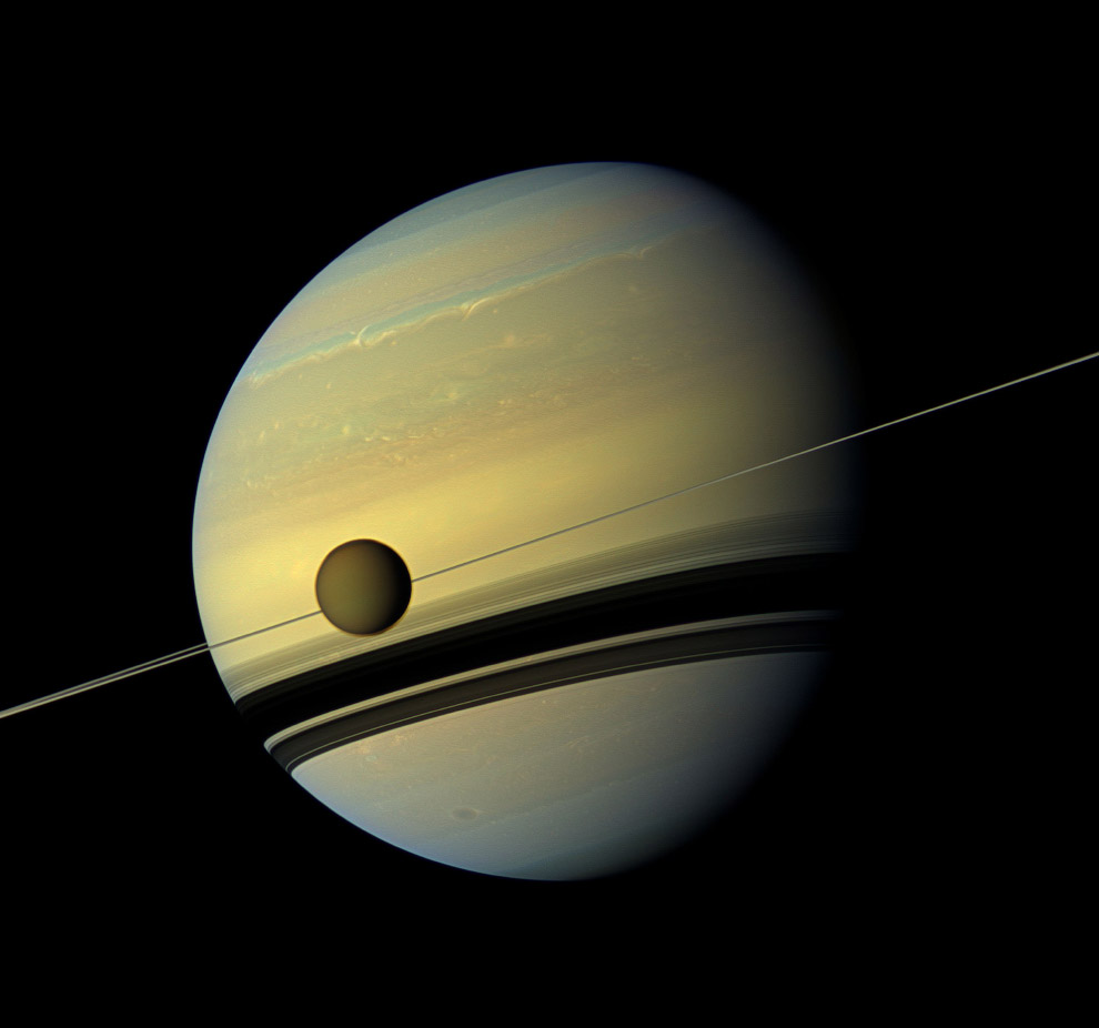 Гигантская луна Титан