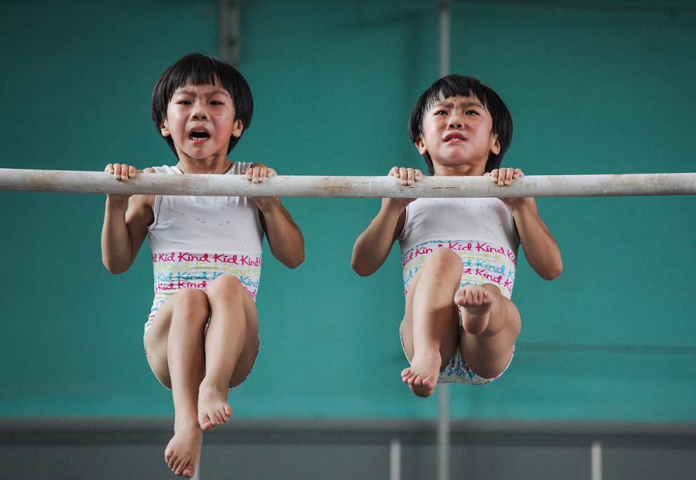 Маленькі гімнасти-близнюки