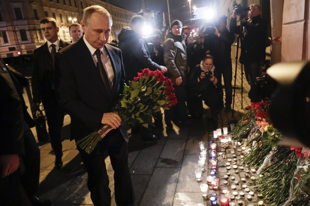 Путин у станции метро вечером