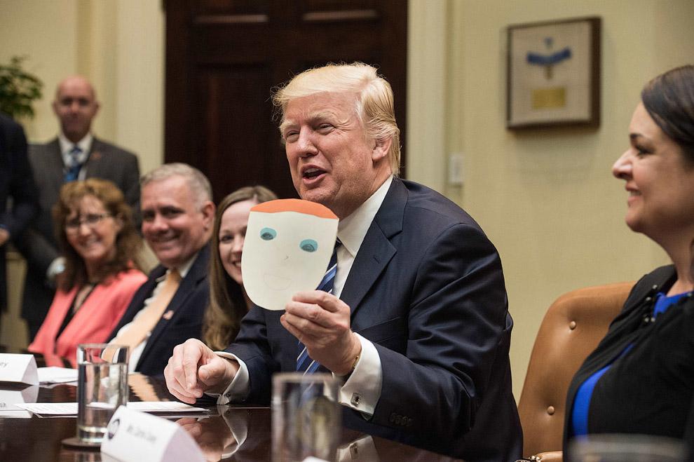Мальчик подарил Трампу его портрет во время встречи по вопросам здравоохранения