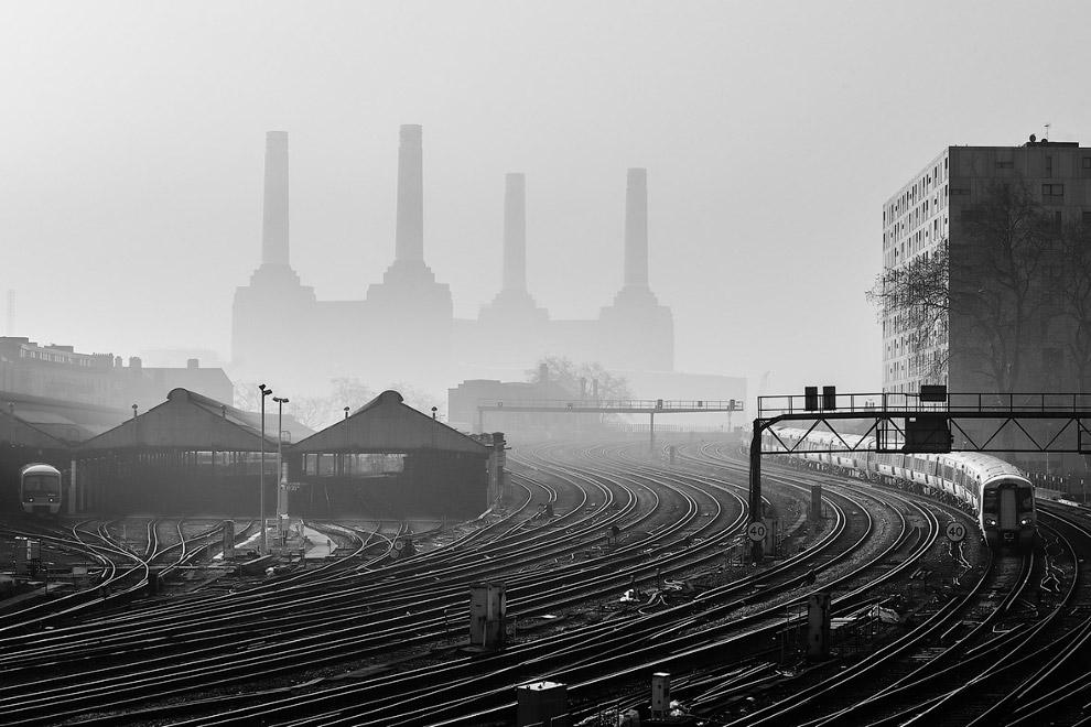 Электростанция Баттерси и туманное утро, Лондон, Англия