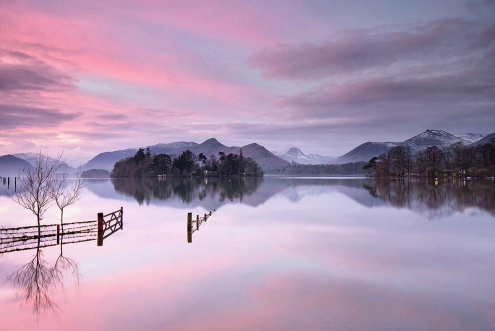 Ворота на озере, Англия