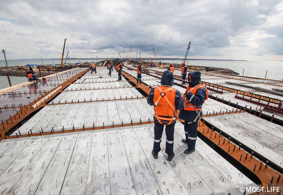 Монтаж плит несъемной опалубки для устройства железобетонной плиты проезжей части моста.