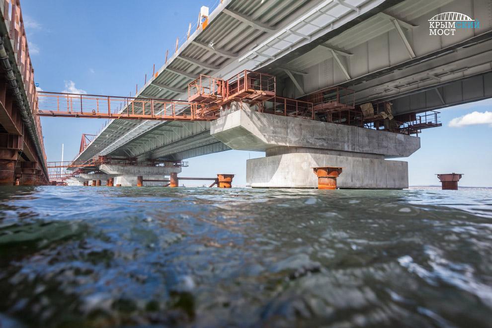 Надвижка морских пролетов автомобильного моста над акваторией на участке между островом Тузла и фарватером Керчь-Еникальского канала.