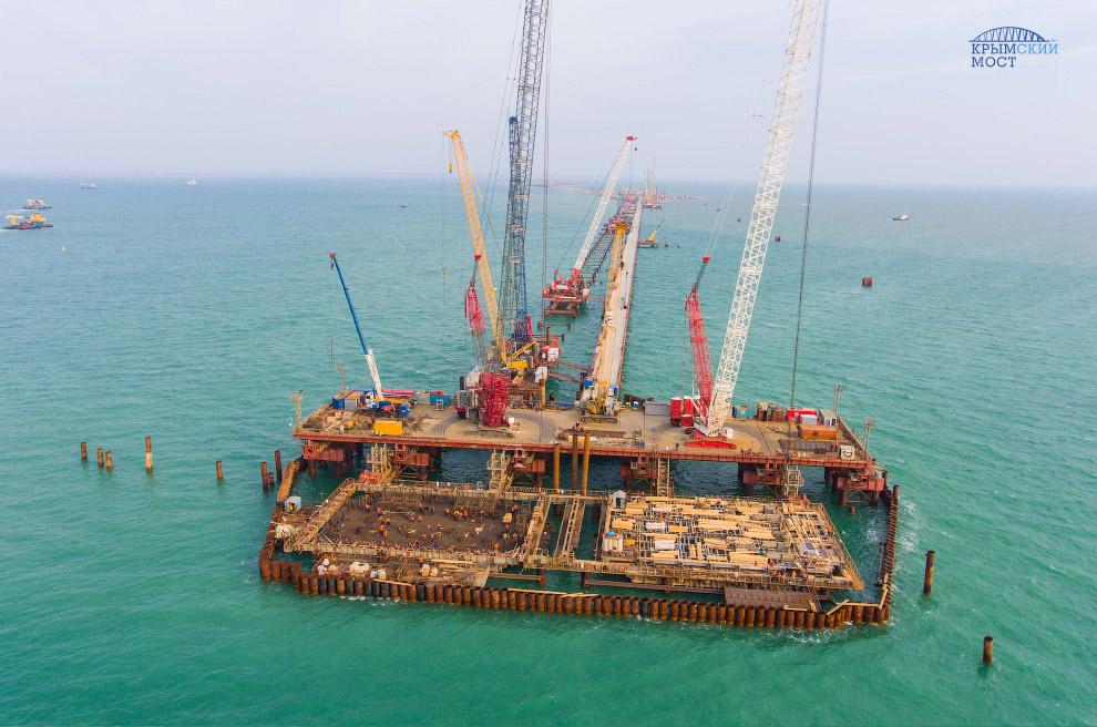 Строительство опоры моста в Керчь-Еникальском канале