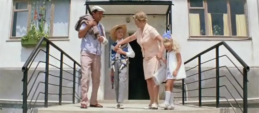 Семён Семёныч выходит с семьёй на прогулку