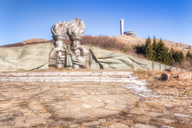 Факельный памятник на вершине