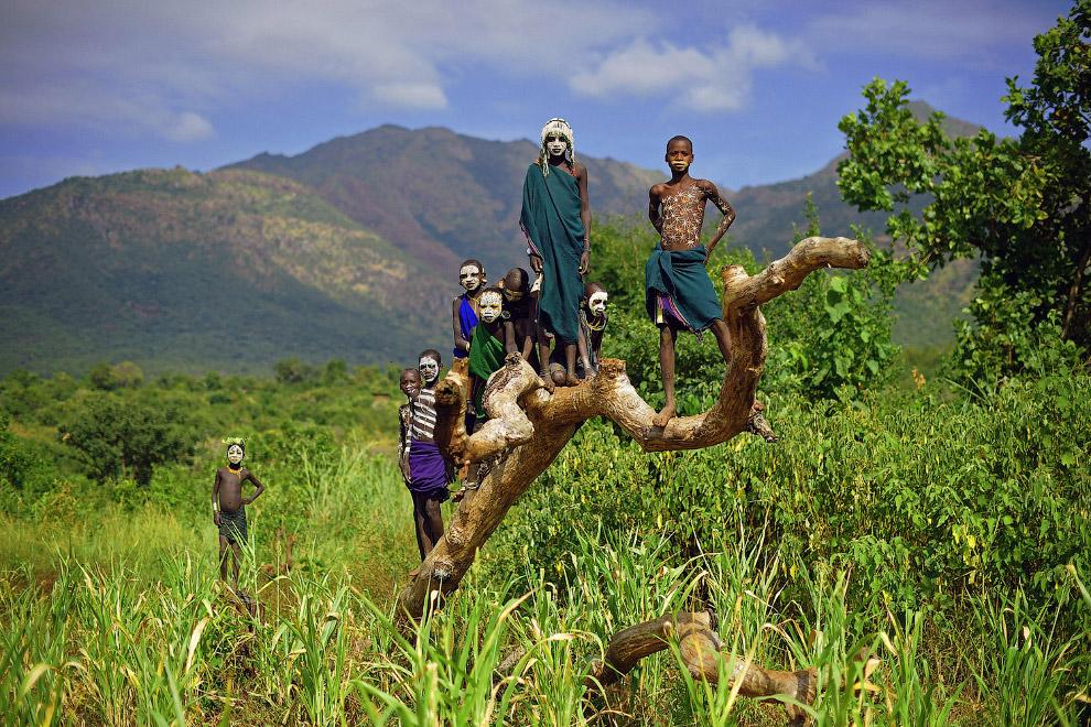 Діти з племені Сурі в південній частині долини Омо в Ефіопії