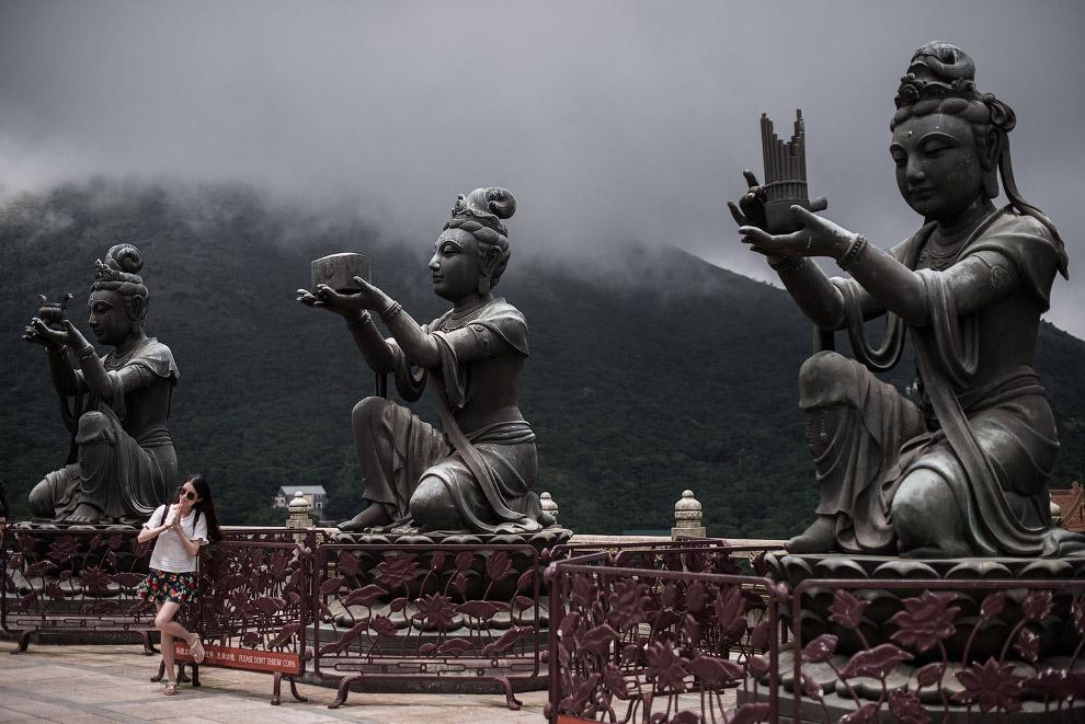 Статуи возле монастыря По Лин на острове Лантау в Гонконге