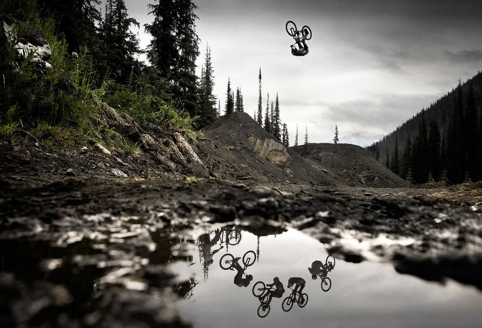Летающий велосипедист в лесах Британской Колумбии