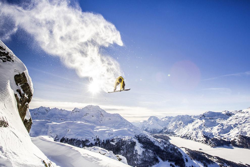 Летающий сноубордист в швейцарских Альпах