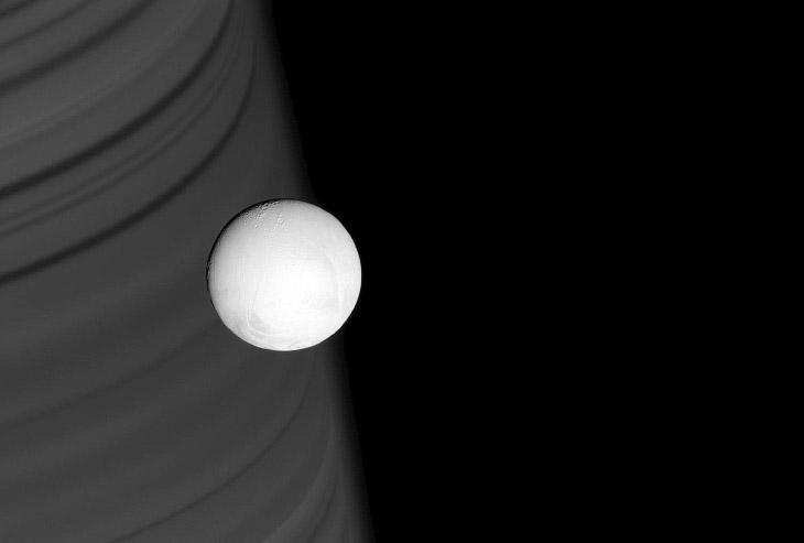 Ледяная луна Энцелад на фоне колец Сатурна