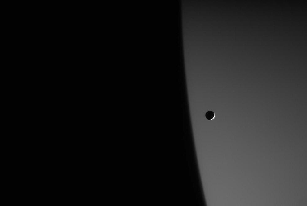 Мимас на фоне Сатурна