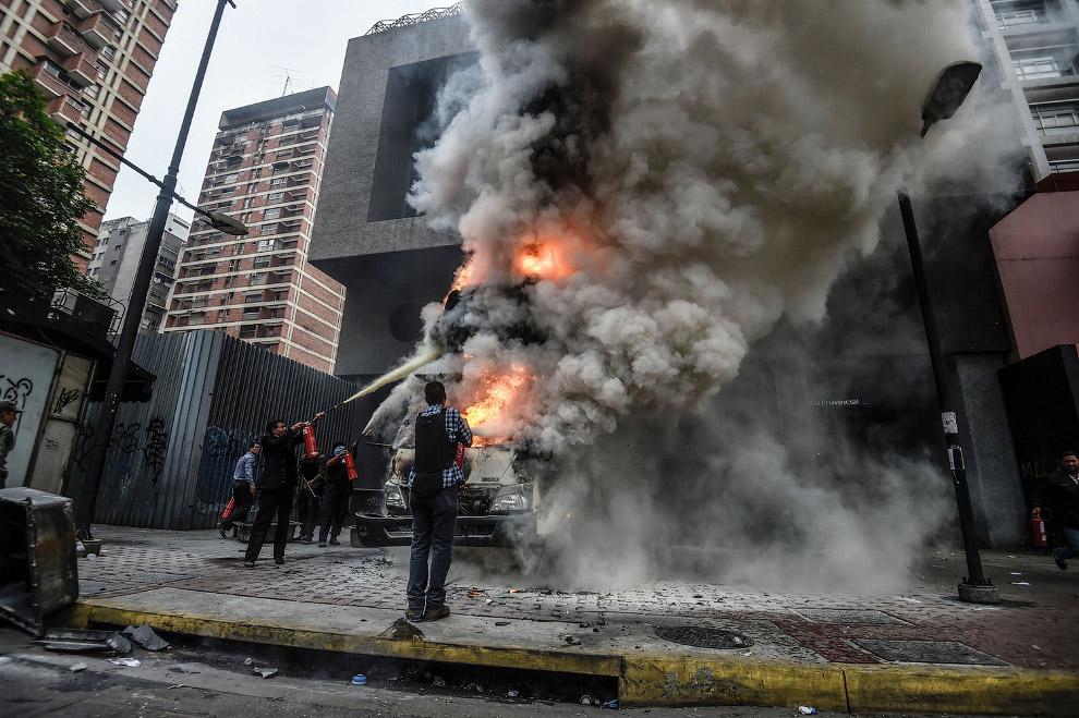 Безуспешные попытки потушить автомобиль у Верховного суда, Каракас