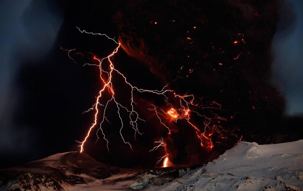 Во время извержения вулкана Эйяфьятлайокудль