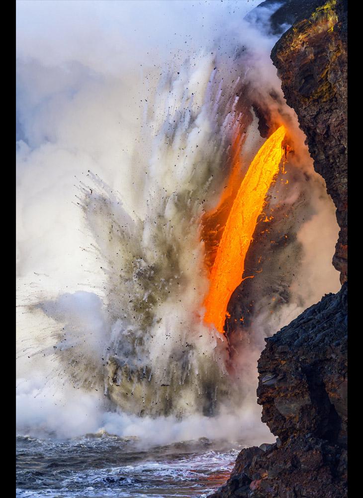 Лава из вулкана Килауэа на Гавайях выливается в Тихий океан