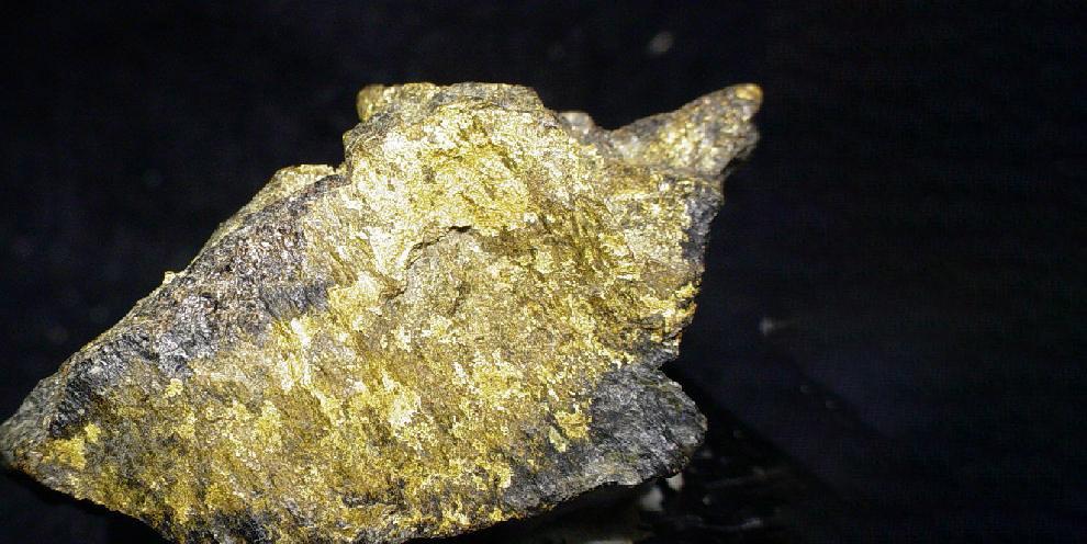 Кусок золотоносносной руды, добытой на месторождении