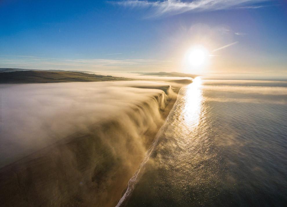 Туман на краю утеса в Дорсете, Великобритания