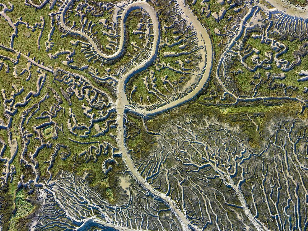 Каналы в солончаке в Эссексе, Великобритания