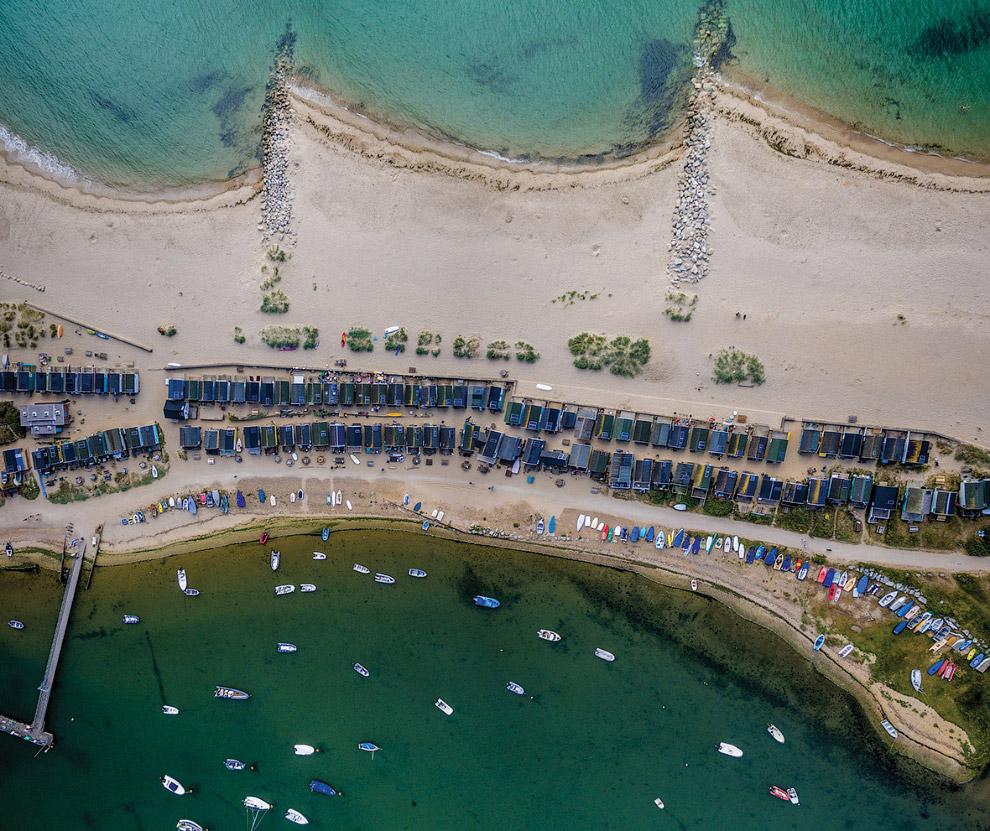 Пляжные хижины и лодки